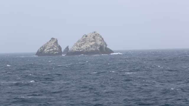 shag rocks, extremely remote rocky outposts between the falklands and south georgia. - 大西洋諸島点の映像素材/bロール