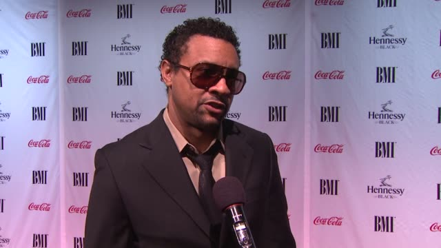 shaggy burrell on his favorite and most memorable song at the 9th annual bmi urban music awards at new york ny. - 歌手 シャギー点の映像素材/bロール