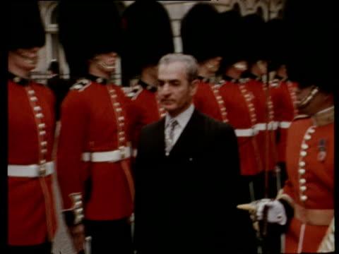 vidéos et rushes de shah mohammed reza pahlavi of iran walks past coldstream guards and press on visit to london 23 jun 72 - iran