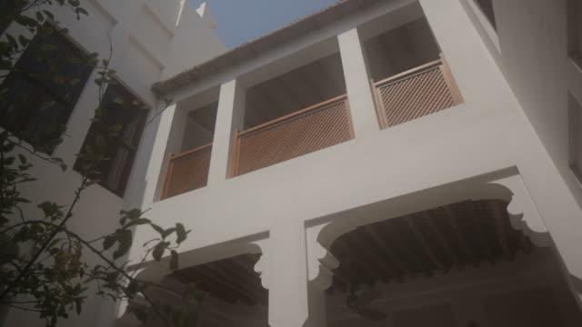 shaikh ebrahim bin mohammed al-khalifa center. view of the internal courtyard and upper floors of a traditionally restored bahraini house. - ペルシャ湾点の映像素材/bロール
