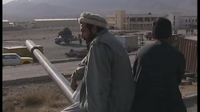 vidéos et rushes de shaker aamer interview t201101021 / kabul ext two northern alliance fighters sitting on tank on guard alliance soldiers sitting on tank with their... - taliban