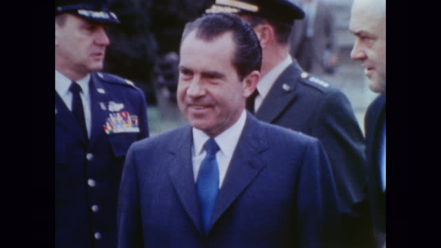 vídeos de stock, filmes e b-roll de shakes hands with joint chiefs of staff - richard nixon
