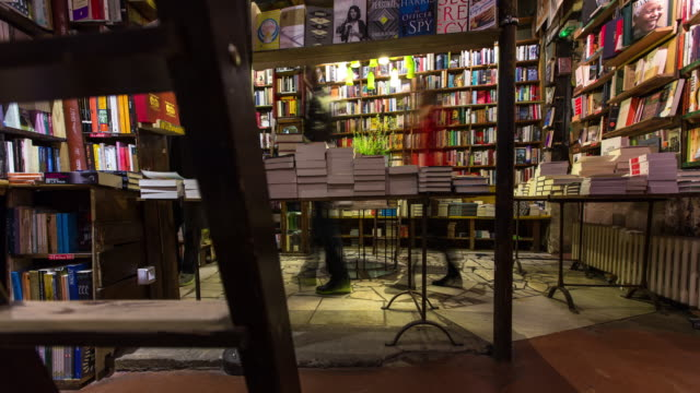 vídeos de stock, filmes e b-roll de shakespeare and company, paris - time lapse - livraria