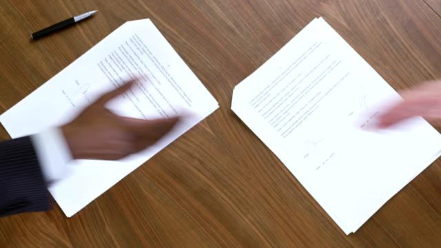 cs shaking hands over the signed contracts - autograf bildbanksvideor och videomaterial från bakom kulisserna