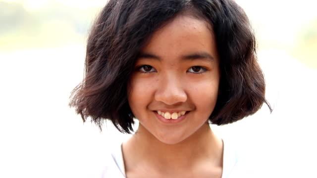 vídeos y material grabado en eventos de stock de sacudiendo la cabeza por jovencita - 12 13 años