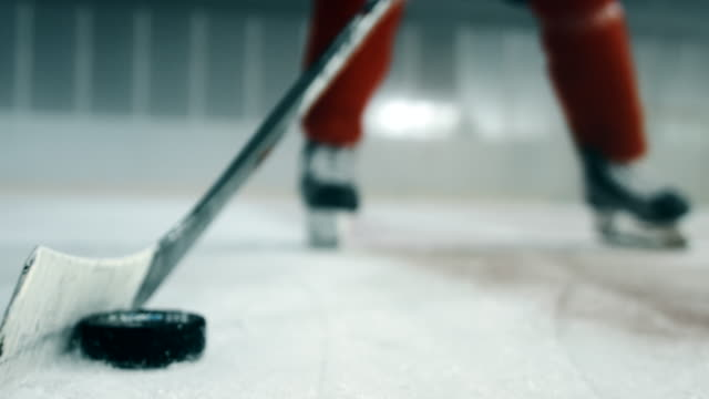 Shaking the puck close up 4K