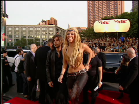vídeos y material grabado en eventos de stock de shakira arriving to the 2001 mtv mtv video music awards. - 2001