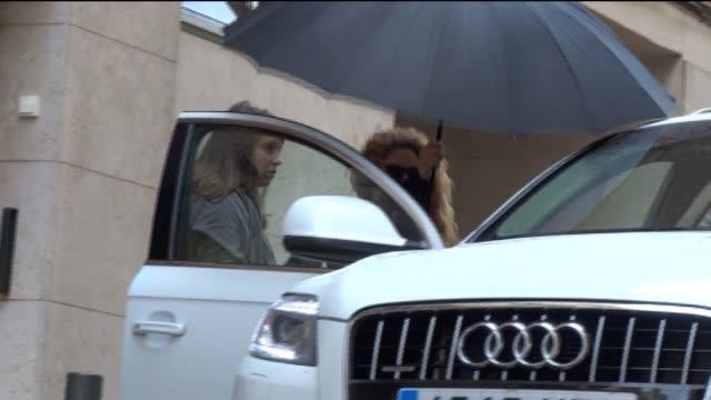 vídeos y material grabado en eventos de stock de shakira is seen leaving a hairdresser - montaje documental