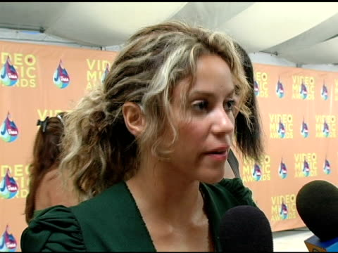 stockvideo's en b-roll-footage met shakira on the significance of her performance tonight at the 2005 mtv video music awards arrivals at american airlines arena in miami florida on... - 2005