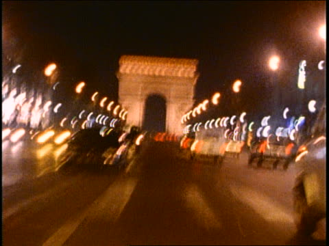 shaky car point of view in traffic on street toward arc de triomphe / grainy - bewegliches hintergrundbild stock-videos und b-roll-filmmaterial