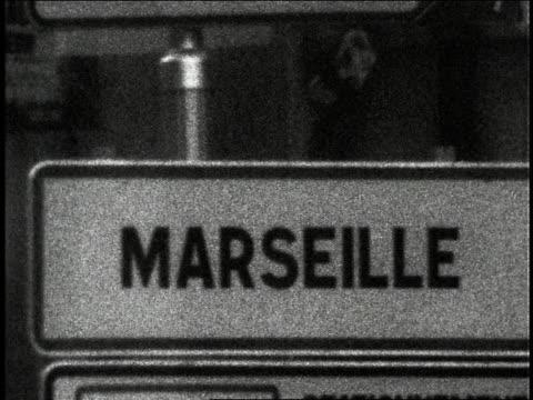 vídeos y material grabado en eventos de stock de shaky close up road sign for marseille / france - señal de nombre de calle