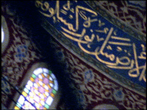 vídeos de stock e filmes b-roll de shaky pan design patterns and arabic writing in dome of mosque / istanbul, turkey - tremido