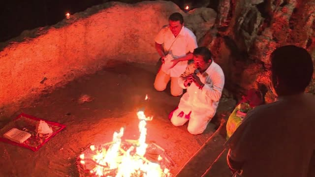 vídeos de stock, filmes e b-roll de a shaman welcomed the beginning of a new mayan era with a sacred fire ceremony in a cenote in yucatan peninsula mexico witnessed by other mayans and... - poço
