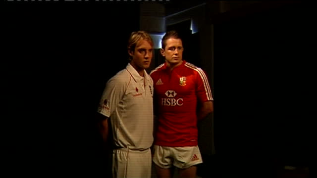 shane williams and stuart broad photocall; england: int **flashlight photography** **music heard sot** rugby union player shane williams and... - クリケット選手点の映像素材/bロール