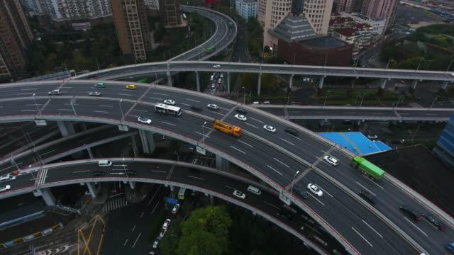 上海航空の高速道路ジャンクション - 方向標識点の映像素材/bロール