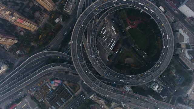 luftaufnahme autobahnkreuz shanghai - ansicht von oben stock-videos und b-roll-filmmaterial
