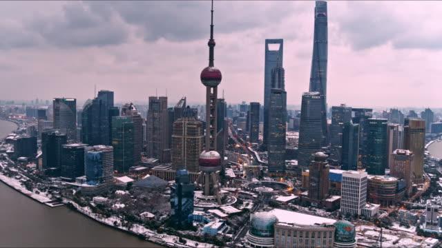 vidéos et rushes de shanghai after blizzard - international landmark