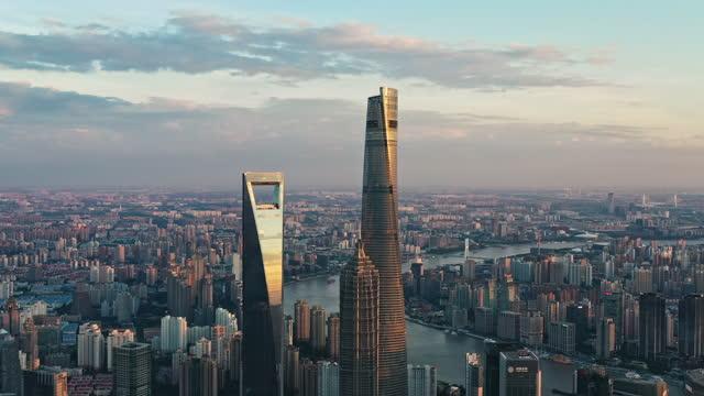shanghai at dusk - schanghai stock-videos und b-roll-filmmaterial