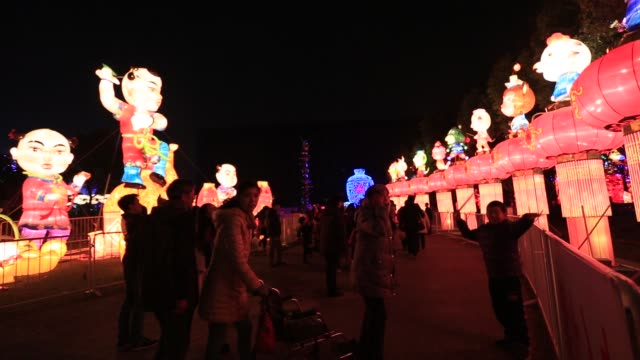 lantern night show during chinese lunar new year holiday season shanghai huangpu park - chinesisches laternenfest stock-videos und b-roll-filmmaterial