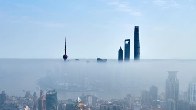 vídeos de stock, filmes e b-roll de 4k: arquitectura da cidade de shanghai na manhã na nuvem de stratosphere, china - grosso