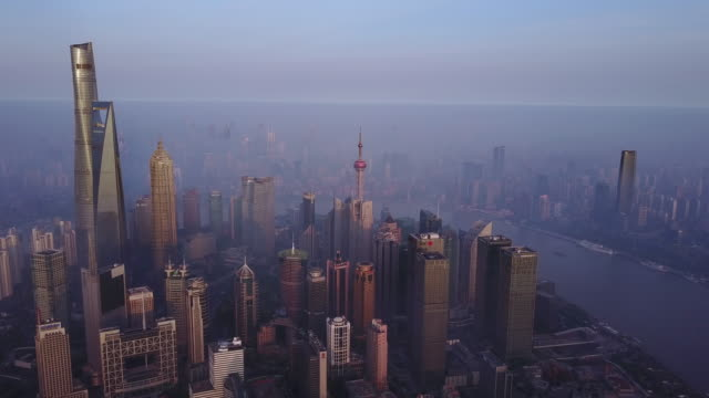 stockvideo's en b-roll-footage met shanghai financial district in fog - groothoek