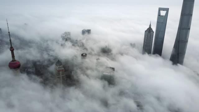 vidéos et rushes de shanghai financial district in fog - 30 secondes et plus