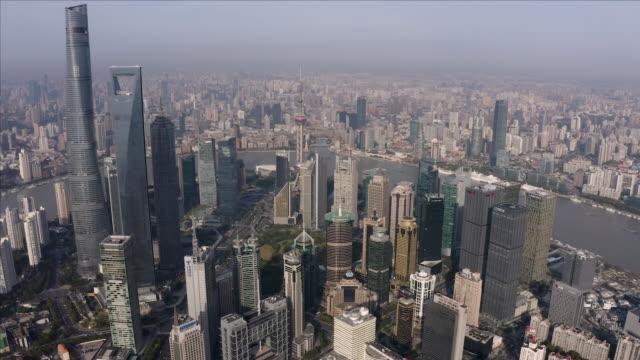 vídeos de stock, filmes e b-roll de shanghai financial district in fog - símbolo conceitual