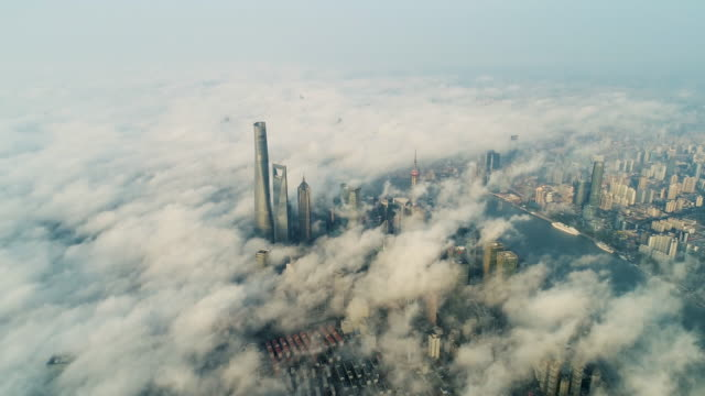 shanghai lujiazui financial district in cloud - grandangolo tecnica fotografica video stock e b–roll
