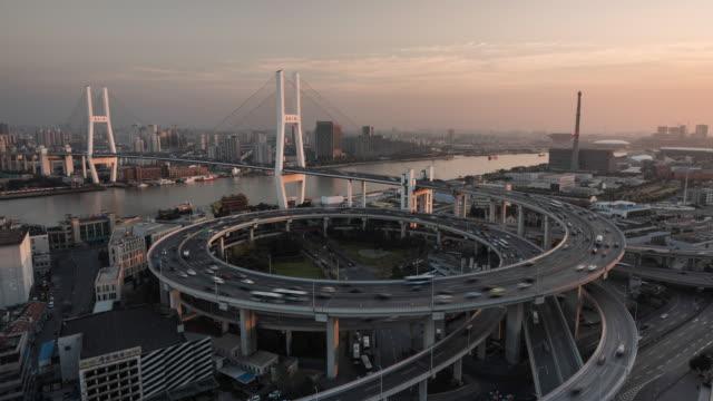 vidéos et rushes de shanghai, nanpu bridge at dusk - économie