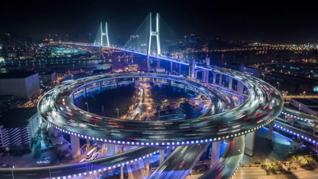 vídeos de stock, filmes e b-roll de shanghai, nanpu bridge illuminated at night - viaduto entroncamento