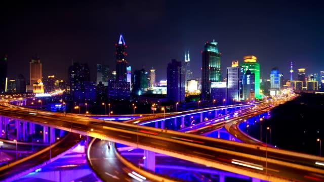 Shanghai nacht verkeer op een kruising van de weg.