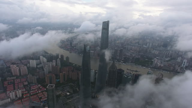 vidéos et rushes de ws shanghai skyline above the cloud/ shanghai, china - zoom arrière