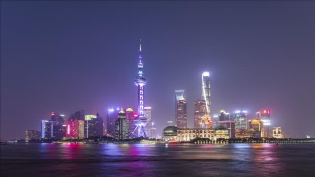 vídeos de stock, filmes e b-roll de t/l shanghai skyline at night, china - torre oriental pearl