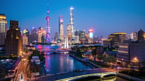 vídeos y material grabado en eventos de stock de t/l ws ha shanghai skyline al atardecer a la transición de la noche / shanghai, china - shanghái