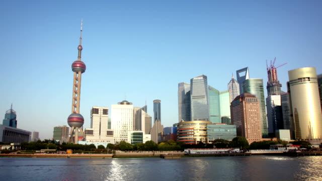skyline von shanghai hyperlapse - kamerafahrt auf schienen stock-videos und b-roll-filmmaterial