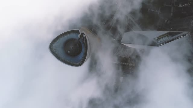 shanghai skyline in heavy fog - 飛行機の視点点の映像素材/bロール