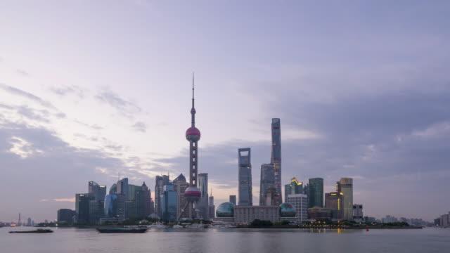 vídeos y material grabado en eventos de stock de shanghai skyline sunrise - toma panorámica