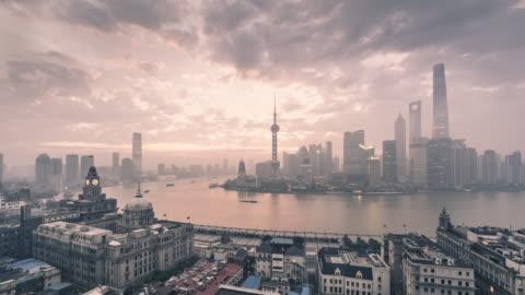 vídeos y material grabado en eventos de stock de horizonte de shanghai sunrise - shanghái
