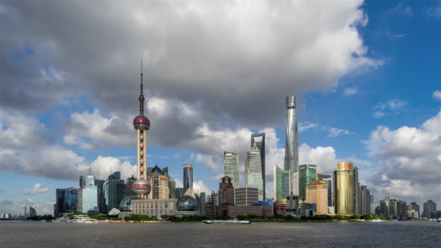 shanghai skyline under the typhoon - 世界的な名所点の映像素材/bロール