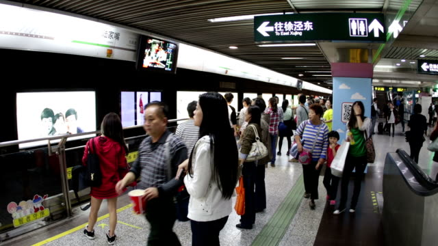 shanghai u-bahn hyperlapse - getting out stock-videos und b-roll-filmmaterial