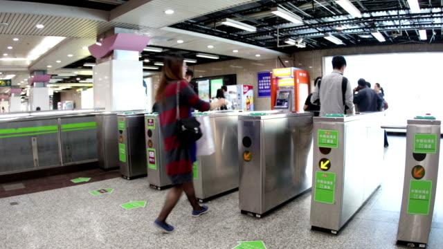 vidéos et rushes de montage de métro de shanghai - porte structure créée par l'homme