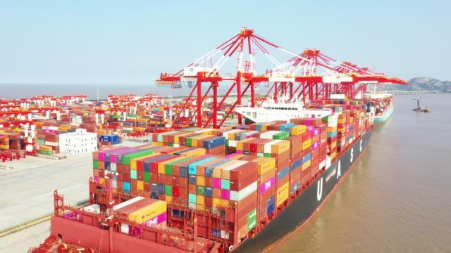 vídeos de stock e filmes b-roll de shanghai yangshan container port - comercializar