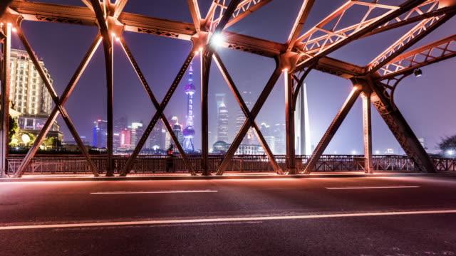 shanghai, china: zeitraffer des verkehrs an der waibaidu brücke in shanghai, china - tragender balken stock-videos und b-roll-filmmaterial