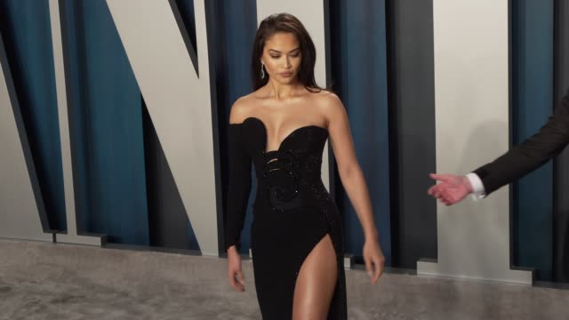 shanina shaik at vanity fair oscar party at wallis annenberg center for the performing arts on february 09 2020 in beverly hills california - vanity fair oscarparty stock-videos und b-roll-filmmaterial