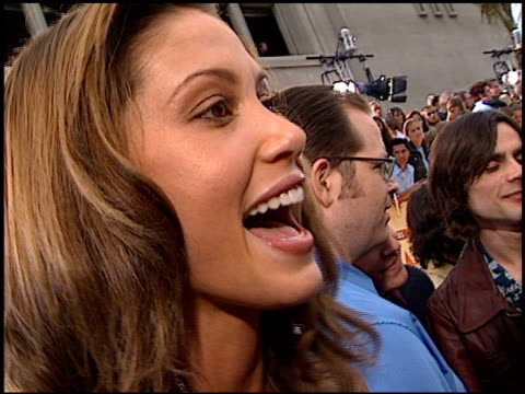 stockvideo's en b-roll-footage met shannon elizabeth at the 2001 mtv movie awards entrances at the shrine auditorium in los angeles california on june 2 2001 - shannon elizabeth