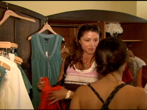 stockvideo's en b-roll-footage met shannon elizabeth at the 'french connection' celebrity styling launch at chateau marmont in west hollywood california on june 22 2006 - shannon elizabeth