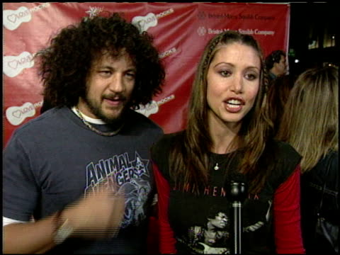stockvideo's en b-roll-footage met shannon elizabeth at the love rocks at the kodak theatre in hollywood california on february 14 2002 - shannon elizabeth