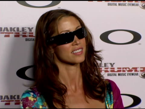 stockvideo's en b-roll-footage met shannon elizabeth at the oakley thump 2 launch party at montmartre lounge in hollywood california on october 13 2005 - shannon elizabeth