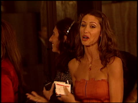 stockvideo's en b-roll-footage met shannon elizabeth at the 'runaway jury' premiere at the cinerama dome at arclight cinemas in hollywood california on october 9 2003 - shannon elizabeth