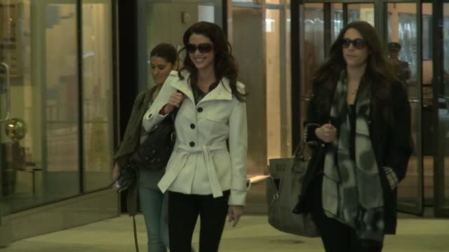 stockvideo's en b-roll-footage met shannon elizabeth at the timelife building shannon elizabeth at the timelife building on march 28 2012 in new york new york - shannon elizabeth